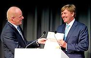AMSTERDAM - Koning Willem-Alexander samen met Ben van Beurden  met het net overhandigde boek. Koning Willem-Alexander is op woensdagmiddag 2 juli aanwezig bij de viering van 100 jaar Shell Technology Centre Amsterdam (STCA). Het thema van het 100-jarig bestaan is 'Shaping the future of energy through innovation'.  COPYRIGHT ROBIN UTRECHT
