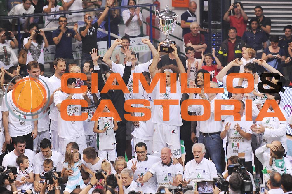 DESCRIZIONE : Siena Lega A 2011-12 Montepaschi Siena EA7 Emporio Armani Milano Finale scudetto gara 5<br /> GIOCATORE : Shaun Stonerook Team Siena Coppa<br /> CATEGORIA : esultanza premiazione<br /> SQUADRA : Montepaschi Siena <br /> EVENTO : Campionato Lega A 2011-2012 Finale scudetto gara 5<br /> GARA : Montepaschi Siena EA7 Emporio Armani Milano<br /> DATA : 17/06/2012<br /> SPORT : Pallacanestro <br /> AUTORE : Agenzia Ciamillo-Castoria/MatteoMarchi<br /> Galleria : Lega Basket A 2011-2012  <br /> Fotonotizia : Siena Lega A 2011-12 Montepaschi Siena EA7 Emporio Armani Milano Finale scudetto gara 5<br /> Predefinita :