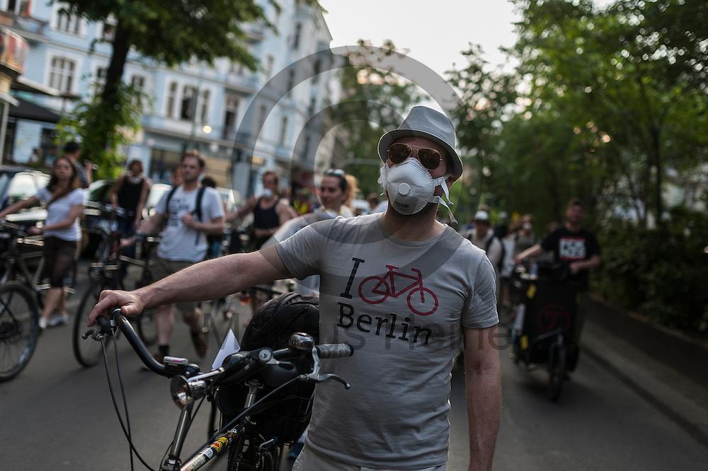 Ein Demonstrant mit Feinstaubmaske l&auml;uft w&auml;hrend der Feinstaub Demonstration am 03.06.2016 in Berlin Neuk&ouml;lln, Deutschland mit seinem Fahrrad in der Demonstration. Die Demonstranten demonstrierten unter dem Motto &quot;Husten, wir haben ein Problem &ndash; die gro&szlig;e Anti-Feinstaubdemo&quot; damit die politisch Verantwortlichen wirksame Ma&szlig;nahmen zum Schutz unserer Gesundheit zu ergreifen. Foto: Markus Heine / heineimaging<br /> <br /> ------------------------------<br /> <br /> Ver&ouml;ffentlichung nur mit Fotografennennung, sowie gegen Honorar und Belegexemplar.<br /> <br /> Bankverbindung:<br /> IBAN: DE65660908000004437497<br /> BIC CODE: GENODE61BBB<br /> Badische Beamten Bank Karlsruhe<br /> <br /> USt-IdNr: DE291853306<br /> <br /> Please note:<br /> All rights reserved! Don't publish without copyright!<br /> <br /> Stand: 06.2016<br /> <br /> ------------------------------