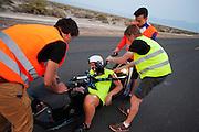 Liekse Yntema stapt uit de VeloX V. Het team test de VeloX V in de woestijn. Het Human Power Team Delft en Amsterdam (HPT), dat bestaat uit studenten van de TU Delft en de VU Amsterdam, is in Amerika om te proberen het record snelfietsen te verbreken. Momenteel zijn zij recordhouder, in 2013 reed Sebastiaan Bowier 133,78 km/h in de VeloX3. In Battle Mountain (Nevada) wordt ieder jaar de World Human Powered Speed Challenge gehouden. Tijdens deze wedstrijd wordt geprobeerd zo hard mogelijk te fietsen op pure menskracht. Ze halen snelheden tot 133 km/h. De deelnemers bestaan zowel uit teams van universiteiten als uit hobbyisten. Met de gestroomlijnde fietsen willen ze laten zien wat mogelijk is met menskracht. De speciale ligfietsen kunnen gezien worden als de Formule 1 van het fietsen. De kennis die wordt opgedaan wordt ook gebruikt om duurzaam vervoer verder te ontwikkelen.<br /> <br /> Lieske Yntema gets out of the VeloX V. The team tests the VeloX V. The Human Power Team Delft and Amsterdam, a team by students of the TU Delft and the VU Amsterdam, is in America to set a new  world record speed cycling. I 2013 the team broke the record, Sebastiaan Bowier rode 133,78 km/h (83,13 mph) with the VeloX3. In Battle Mountain (Nevada) each year the World Human Powered Speed Challenge is held. During this race they try to ride on pure manpower as hard as possible. Speeds up to 133 km/h are reached. The participants consist of both teams from universities and from hobbyists. With the sleek bikes they want to show what is possible with human power. The special recumbent bicycles can be seen as the Formula 1 of the bicycle. The knowledge gained is also used to develop sustainable transport.