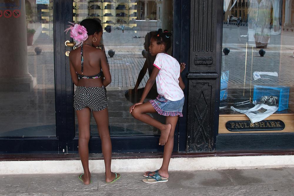 Cuba change<br /> Le gouvernement cubain autorise, depuis le 1er octobre 2011, l&rsquo;achat et la vente de v&eacute;hicules. <br /> Jusqu&rsquo;&agrave; pr&eacute;sent, les Cubains ne pouvaient acheter ou vendre que des v&eacute;hicules enregistr&eacute;s dans l&rsquo;&icirc;le avant l&rsquo;av&egrave;nement de la R&eacute;volution en 1959, pour la plupart de grosses voitures am&eacute;ricaines (almendrones).<br /> Le pr&eacute;sident cubain, Raul Castro, amorce ainsi une s&eacute;rie de r&eacute;formes destin&eacute;es &agrave;  transformer la vie &eacute;conomique et sociale du pays. Dans tout le pays, on constate qu&rsquo;il y a maintenant plein de petits restaurants, des petits commerces. les citoyens peuvent louer des chambres &agrave; des touristes (casa particular) et vendre des produits alimentaires qu&rsquo;ils pr&eacute;parent chez eux (sandwichs, g&acirc;teaux, caf&eacute;, etc.). Ce secteur est en pleine &eacute;bullition. <br /> Par contre, s&rsquo;il y a une ouverture &eacute;conomique, Raul Castro exclut toute &eacute;volution sur le plan politique. Les slogans et les h&eacute;ros de la R&eacute;volution sont omnipr&eacute;sents dans le quotidien des Cubains. Pour combien de temps ?