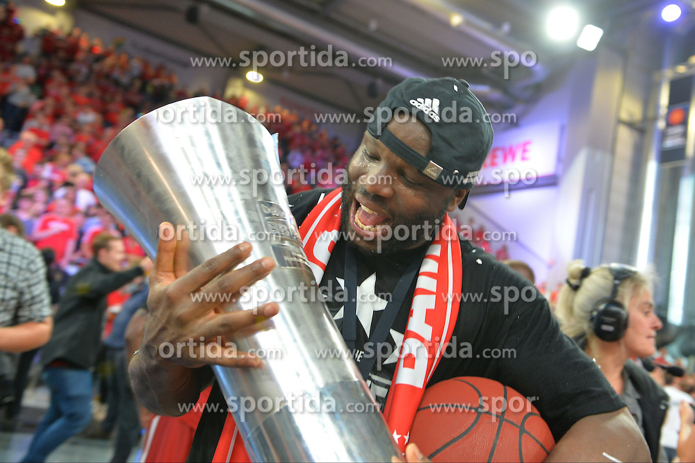 21.06.2015, Brose Arena, Bamberg, GER, Beko Basketball BL, Brose Baskets Bamberg vs FC Bayern Muenchen, Playoffs, Finale, 5. Spiel, im Bild Die Spieler der Brose Baskets Bamberg bejubeln den Gewinn der Deutschen Meisterschaft 2015. Im Bild: Dawan Robinson (Brose Baskets Bamberg) mit Meister-Pokal. // during the Beko Basketball Bundes league Playoffs, final round, 5th match between Brose Baskets Bamberg and FC Bayern Muenchen at the Brose Arena in Bamberg, Germany on 2015/06/21. EXPA Pictures &copy; 2015, PhotoCredit: EXPA/ Eibner-Pressefoto/ Merz<br /> <br /> *****ATTENTION - OUT of GER*****