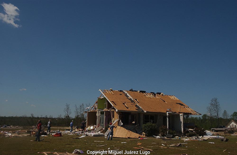 Rainville, Alabama: Neighbors, coworkers and relatives help sort through debris at the home of Jason and Melanie Sarratt. (PHOTO: MIGUEL JUAREZ LUGO)
