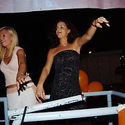 Miss Nederland 2003 reis Turkije, Elise Boulonge, Yvonne Beekelaar dansend