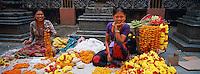 Nepal, Vallée de Kathmandu, Kathmandu, Temple bouddhiste sur Asan Tole, Marchande de fleurs pour offrandes // Nepal, Kathmandu valley, Kathmandu, bouddhist temple on Asan Tole street, flower salers for offering