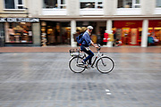 Een man fietst door het centrum van Nijmegen.<br /> <br /> A man cycles at the city center of Nijmegen.
