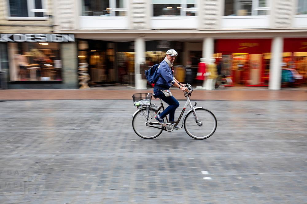 Een man fietst door het centrum van Nijmegen.<br /> <br /> A man cycles at the city center of Nijmegen.