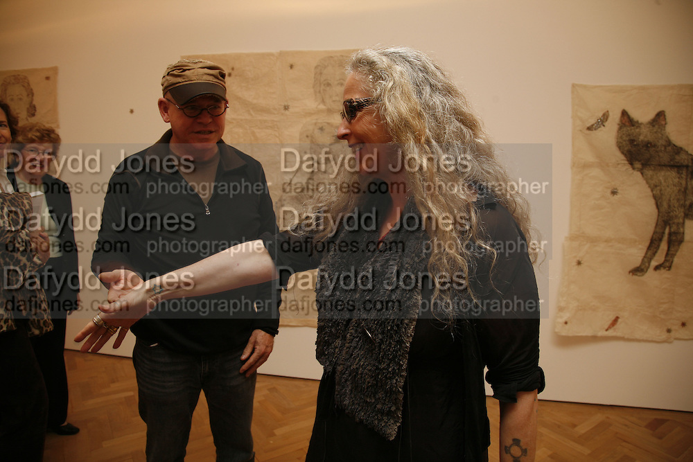 JOHNNY WALKER AND KIKI SMITH, KIKI SMITH EXHIBITION  AT TIMOTHY TAYLOR GALLERY, 21 DERING ST. LONDON. 10 OCTOBER 2006. -DO NOT ARCHIVE-© Copyright Photograph by Dafydd Jones 66 Stockwell Park Rd. London SW9 0DA Tel 020 7733 0108 www.dafjones.com