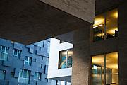 Fasade av DNB bygg C og bygg A i bakgrunnen av Dark arkitekter, Bjørvika