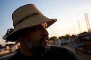 Pirapora _ MG, 22 de Junho de 2008..Revista Globo Rural...Projeto Generosidade - Leo do Peixe...Na foto, Leo armando a barraca na feira....Foto: LEO DRUMOND / AGENCIA NITRO