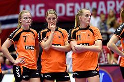 20-12-2015 DEN: World Championships Handball 2015 Nederland - Noorwegen, Herning<br /> Finale WK Handbal / Nederland verliest kansloos de finale van Noorwegen en moet genoegen nemen met zilver / Bij het Noorse volkslied kwam er toch een klein beetje teleurstelling bij Debbie Bont #7, Nycke Groot #17, Lynn Knippenborg #11