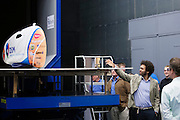 Bezoekers aan de windtunnel bekijken de VeloX2. Op de TU Delft wordt de VeloX2 getest in de windtunnel. Met de VeloX2 wil het Human Powered Team Delft en Amsterdam, bestaande uit studenten van de TU Delft en de VU Amsterdam, het werelduurrecord en het sprint record gaan breken.<br />