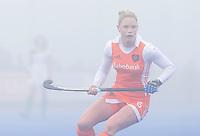 ARNHEM - Hockey. Claire Verhage, woensdag tijdens de oefeninterland in dichte mist tegen Zuid Afrika. FOTO KOEN SUYK