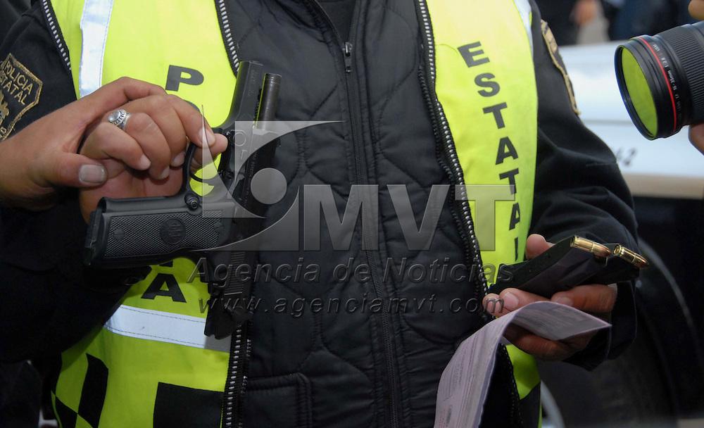 Naucalpan, Mex.- Policias de la Agencia de Seguridad Estatal (ASE), de la Secretar&iacute;a de Seguridad P&uacute;blica del Distrito Federal (SSP-DF) y la Polic&iacute;a Municipal de Tlalnepantla y Naucalpan, realizan revisiones a transeuntes y cateos en puestos semifijos en el paradero del metro de Cuatro Caminos, durante un operativo coordinado denominado &quot;Doble muro&quot;, logrando asegurar a dos personas que portaban arma de fuego entro otros. Agencia MVT / Especial. (DIGITAL)<br /> <br /> <br /> <br /> <br /> <br /> <br /> <br /> NO ARCHIVAR - NO ARCHIVE