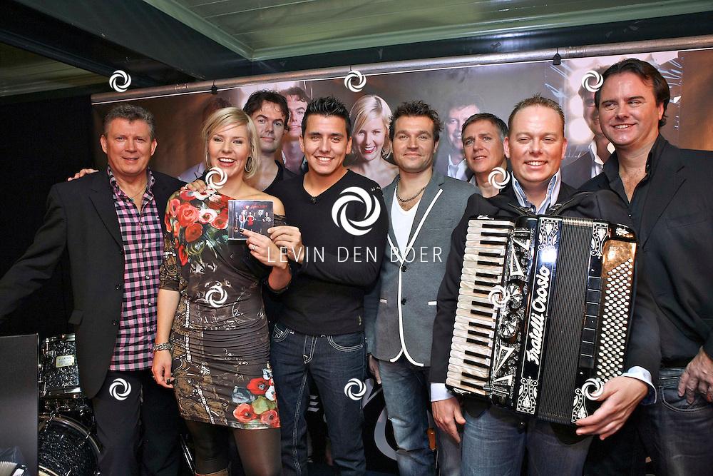 VOLENDAM - In Hotel Spaander presenteerde Mon Amour hun nieuwe CD. Met op de foto de voltallige band Mon Amour. FOTO LEVIN DEN BOER - PERSFOTO.NU