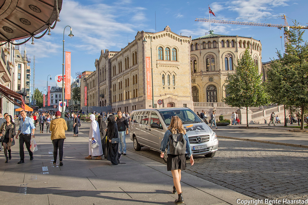 Mann med tre niqab-koner, turist ved Stortinget i Oslo.