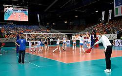 28-09-2015 NED: Volleyball European Championship Polen - Slovenie, Apeldoorn<br /> Polen wint met 3-0 van Slovenie / Grensrechten sign
