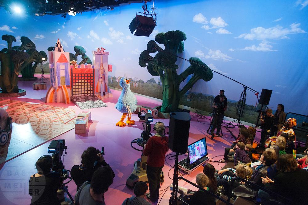 Winnaars van de diverse wedstrijden ter gelegenheid van het 35-jarig bestaan van Sesamstraat in Nederland mogen een kijkje achter de schermen nemen. Er wordt onder andere een nieuw decorstuk, ontworpen door de winnaars, onthuld.<br /> <br /> Children and their parents are invited to visit the set of Sesame street as part of the celebration of 35 years of Sesame Street in The Netherlands.