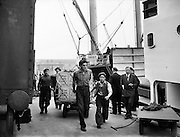 Dockers at the North Wall unload Cornflakes.04/06/1954