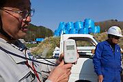 Radioaktiviteten mäts med geigermätare i byn Shidamyo. Fukushima Prefektur, Japan