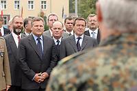 """14  AUG 2001, STTETIN/GERMANY:<br /> Aleksander Kwasniewski (L), Staatspraesident Polen, und Gerhard Schroeder (R), SPD, Bundeskanzler, besuchen das deutsch-polnisch-daenische Korps """"Nordost"""", mit  Sommerreise 2001<br /> IMAGE: 20010814-01-026<br /> KEYWORDS: Gerhard Schröder, Kanzlerreise, NATO Osterweiterung, Staatspräsident"""