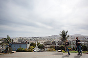Een stel loopt door het Alta Plaza Park in San Francisco. De Amerikaanse stad San Francisco aan de westkust is een van de grootste steden in Amerika en kenmerkt zich door de steile heuvels in de stad.<br /> <br /> A couple walks at the Alta Plaza Park in San Francisco. The US city of San Francisco on the west coast is one of the largest cities in America and is characterized by the steep hills in the city.