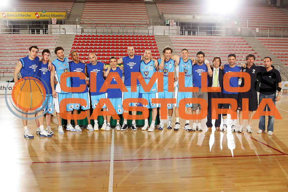 DESCRIZIONE : Ancona Lega B Eccellenza 2005-06 Titolo Italiano Dilettanti Vanoli Soresina Scavolini Spar Pesaro <br /> GIOCATORE : Team Soresina <br /> SQUADRA : Vanoli Soresina <br /> EVENTO : Campionato Lega B Eccelenza 2005-2006  Titolo Italiano Dilettanti <br /> GARA : Vanoli Soresina Scavolini Spar Pesaro <br /> DATA : 10/06/2006 <br /> CATEGORIA : <br /> SPORT : Pallacanestro <br /> AUTORE : Agenzia Ciamillo-Castoria/S.Silvestri