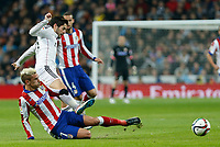 Real Madrid´s Isco and Atletico de Madrid´s Griezmann during Spanish King´s Cup match at Santiago Bernabeu stadium in Madrid, Spain. January 15, 2015. (ALTERPHOTOS/Victor Blanco)