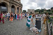 Roma, 29 Luglio  2014<br /> I turisti che visitano il Colosseo  trovano  i cestini per i rifiuti pieni con i rifiuti a terra senza che  nessuno provvede alla pulizia.<br /> Rome, July 29, 2014 <br /> Tourists visiting the Colosseum find  the litter boxes filled with trash on the ground and no one provides cleaning.