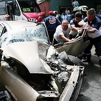 Toluca, Mex.- Paramedicos de la Cruz Roja rescatan del interior de un vehiculo tipo Chevy a uno de los dos tripulantes que quedo prensado al ser embestido por un autobus de pasajeros en la esquina de 5 de Mayo y Gomez Farias. Agencia MVT / Mario Vazquez de la Torre. (DIGITAL)<br /> <br /> NO ARCHIVAR - NO ARCHIVE