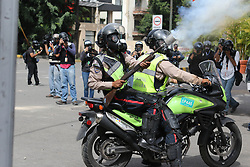May 31, 2017 - Caracas, Venezuela - Wednesday, May 31, 2017. Protests have left dozens dead in the last two months as the opposition demands immediate presidential elections and the liberation of political prisoners..Police - Policiers (Credit Image: © Panoramic via ZUMA Press)