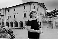 Visso, Italia - Pamela Cappa, geometra, ritratta all'interno della zona rossa del paese di Visso. Pamela dice che ci vorranno almeno 20, 25 anni prima che il paese possa rinascere.<br /> Ph. Roberto Salomone