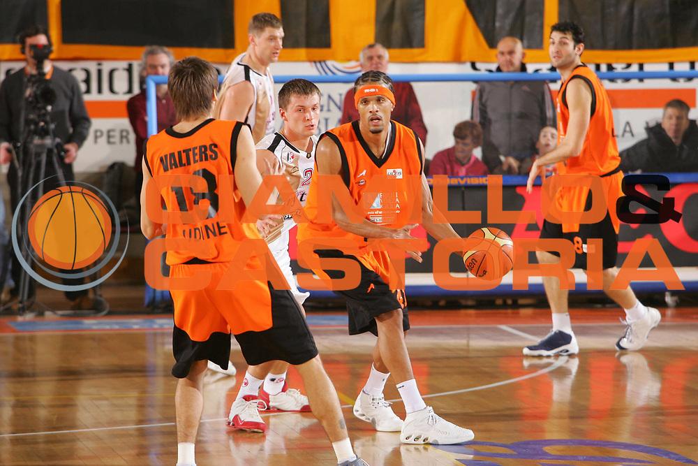 DESCRIZIONE : Udine Uleb Cup 2006-07 Snaidero Udine Lietuvos Rytas Vilnius <br /> GIOCATORE : Williams <br /> SQUADRA : Snaidero Udine <br /> EVENTO : Uleb 2006-2007 <br /> GARA : Snaidero Udine Lietuvos Rytas <br /> DATA : 30/01/2007 <br /> CATEGORIA : Passaggio <br /> SPORT : Pallacanestro <br /> AUTORE : Agenzia Ciamillo-Castoria/S.Silvestri