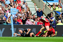 Henry Slade of Exeter Chiefs scores his sides third try of the game  - Mandatory by-line: Ryan Hiscott/JMP - 01/06/2019 - RUGBY - Twickenham Stadium - London, England - Exeter Chiefs v Saracens - Gallagher Premiership Rugby Final