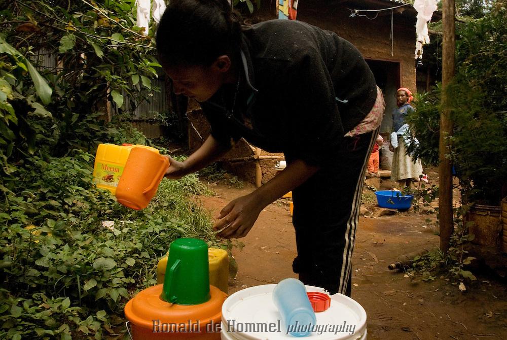 Un demi million d'Ethiopiens vivent dans le bidonville de Ketchene à Addis Abeba. Il n'y a pas d'égout. Les points d'eau potable, les douches et les toilettes sont collectifs. Pour Birtuka, comme pour tous, les allers-retours au réservoir le plus proche sont quotidiens. Addis Abeba.