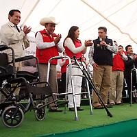 Jiquipilco, Mexico.- Javier García Bejos, Secretario del Trabajo, hizo entrega de sillas de ruedas, andaderas y bastones para personas de la tercera edad después de la reinauguración de 24 kilometros de la carretera que conecta a Jiquipilco con el municipio de Naucalpan.  Agencia MVT / Beatriz Rodriguez.