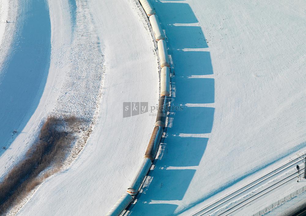 Trein in sneeuwlandschap op weg naar terminal.