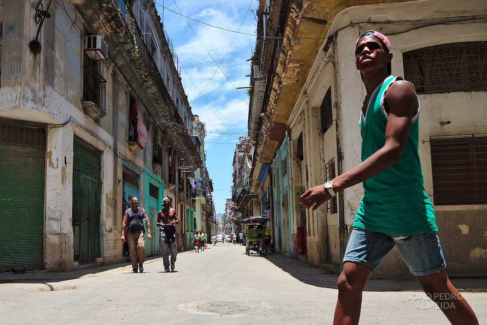 The mid day activity in the streets of la Habana Vieja