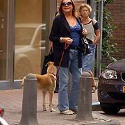 NLD/Laren/20060825 - Viola Holt met hond Beau wandelend in Laren