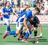 UTRECHT -  Jasper Luijkx (Kampong)  met Johannes Mooij (A'dam)    tijdens   de finale van de play-offs om de landtitel tussen de heren van Kampong en Amsterdam (3-1). Kampong kampong kampioen van Nederland. COPYRIGHT  KOEN SUYK