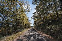 Percorso da biccari a Monte Cornacchia passando dal Lago di Pescara fino al rifugio di Monte Cornacchia.<br /> Monte Cornacchia &egrave; considerato il &ldquo;tetto della Puglia&rdquo;, il punto pi&ugrave; alto del tacco d&rsquo;Italia. Dalla sua vetta &egrave; possibile godere di un paesaggio esclusivo che abbraccia, quasi in un unico sguardo, il Gargano ed il Tavoliere, e poi ancora l&rsquo;Irpinia e la Maiella. Stiamo parlando del Monte Cornacchia, il massiccio che, dall&rsquo;alto dei suoi 1151 metri d&rsquo;altitudine, si presenta ai visitatori coma una privilegiata terrazza sui borghi pi&ugrave; belli della Daunia: da Roseto Valfortore a Faeto, da Celle San Vito a Castelluccio Valmaggiore, passando per Biccari. Oggi, grazie ai nuovi percorsi creati dalla sezione di Foggia del Centro Alpino Italiano (C.A.I.) nell&rsquo;ambito del progetto &ldquo;Sentieri Frassati&rdquo;, proprio da questi Comuni &egrave; possibile raggiungere l&rsquo;importante vetta attraversando la catena del Subappennino dauno ed apprezzando, nello stesso tempo, le sue bellezze naturalistiche.<br /> <br /> Il Subappennino Dauno (noto anche con i toponimi Monti Dauni o Monti della Daunia, la mund&agrave;gne o u Appenn&iacute;ne in foggiano) &egrave; una catena montuosa che costituisce il prolungamento orientale dell'Appennino sannita. Essa occupa la parte occidentale della Capitanata e corre lungo il confine della Puglia con il Molise e la Campania.