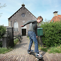 Nederland, Achlum , 27 april 2011..Achlum is een dorp, dat vanaf 1 januari 1984 bij de gemeente Franekeradeel behoort, in de provincie Friesland (Nederland). Het is een terpdorp aan de Slachtedyk met ongeveer 635 inwoners (2009)..Achlum ligt ten zuidoosten van Harlingen en ten zuidwesten van Franeker..Om te vieren dat Achmea tweehonderd jaar geleden door Ulbe Piers Draisma in Achlum werd opgericht, organiseert de verzekeraar op 28 mei 2011 de Conventie van Achlum. Allerlei sprekers hebben toegezegd naar Achlum te komen, waaronder Bill Clinton, oud-president van de Verenigde Staten. Alle bewoners van het dorp worden bij de festiviteiten betrokken..Foto:Jean-Pierre Jans