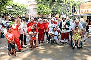 RIO DE JANEIRO, RJ, 26.12.2013 -PAPAIS NOÉIS PÕE AS BARBAS DE MOLHO / RJ - Cerca de 30 papais noéis encontram-se em um evento realizado pela escola de papais noéis, na manhã desta quinta-feira (26), para colocar as barbas de molho, decretando o fim do natal de 2013, na tijuca, zona norte da cidade do Rio de Janeiro. (Foto: Marcelo Fonseca / Brazil Photo Press).