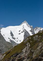 THEMENBILD - Blick auf den Grossglockner unterhalb der Franz Josefs Hoehe aus. Sie verbindet die beiden Bundeslaender Salzburg und Kaernten mit einer Laenge von 48 Kilometer und ist als Erlebnisstrasse vorrangig von touristischer Bedeutung, aufgenommen am 31. Juli 2015, Heiligenblut, Oesterreich // View of the Grossglockner Mountain. The Grossglockner High Alpine Road connects the two provinces of Salzburg and Carinthia with a length of 48 km and is as an adventure road priority of tourist interest at Heiligenblut, Austria on 2015/07/31. EXPA Pictures © 2015, PhotoCredit: EXPA/ JFK