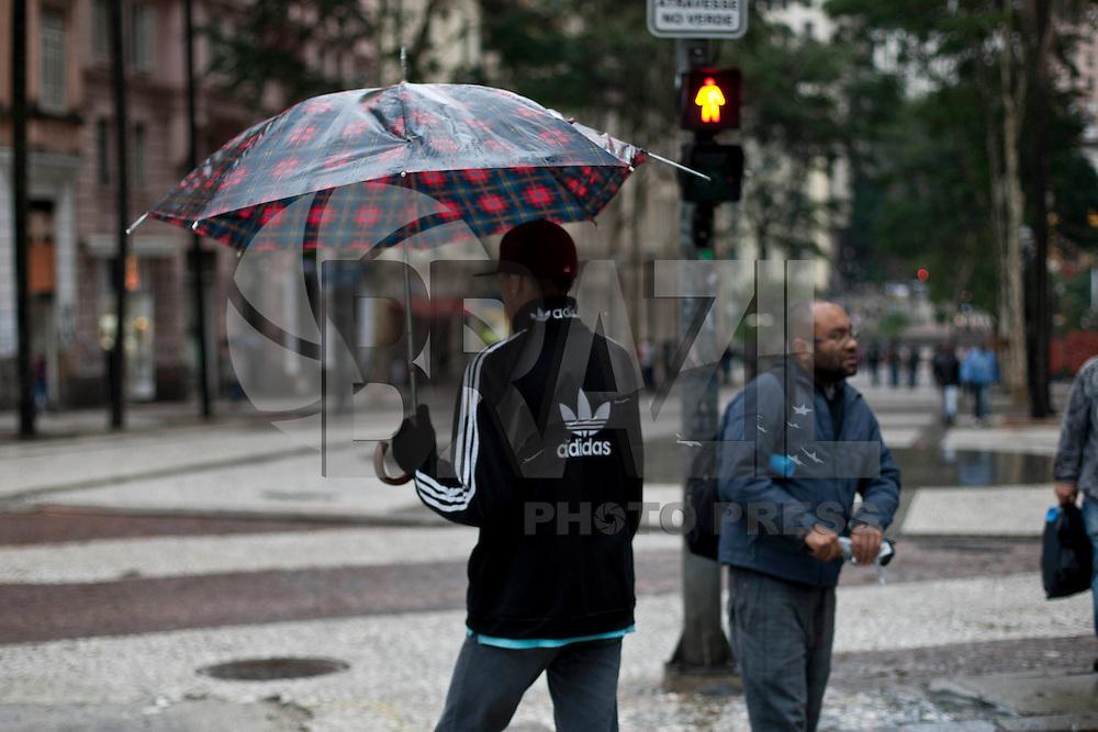 SAO PAULO, 17 DE JULHO DE 2012 - CLIMA TEMPO SP - Frente fria deixa  baixas temperaturas na capital  Paulista durante essa semana. Na foto populares circulam pela  regiao central, nesta quinta feira. VAGNER CAMPOS - BRAZIL PHOTO PRESS