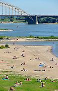 Nederland, nijmegen, 25-8-2016Mensen trekken massaal naar de oevers van de waal in het rivierpark aan de overkant van Nijmegen op deze eenna warmste 25 augustus ooit . Het nieuwe recreatiegebied beleeft haar eerste zomer en blijkt een aanwinst voor de stad en omgeving.Foto: Flip Franssen
