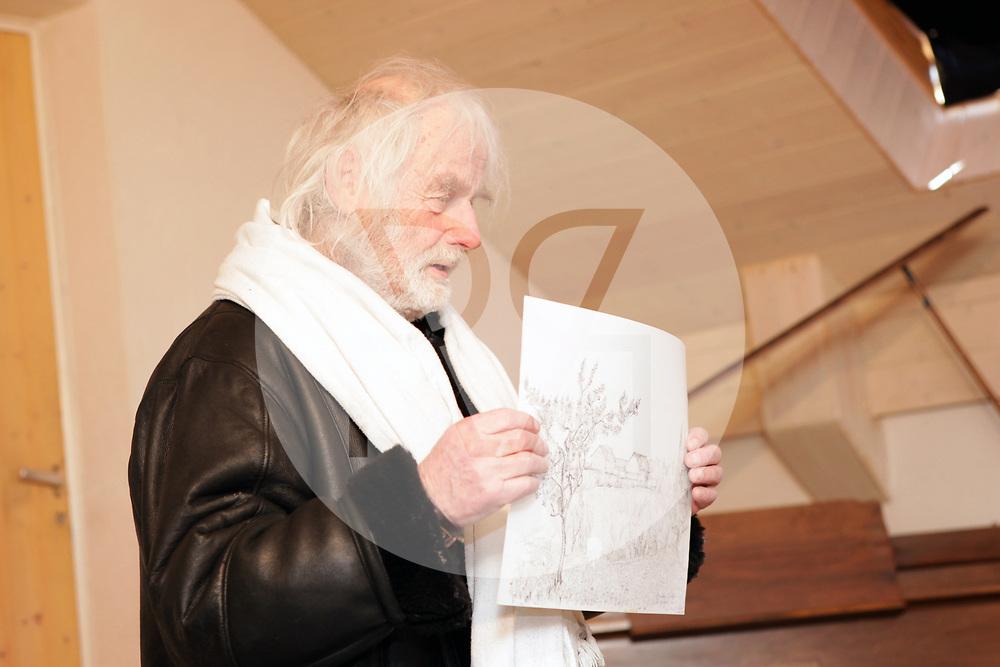 SCHWEIZ - STALLIKON - Ernst Sieber, bekannt als Pfarrer Sieber, mit einer Zeichnung der 'Puureheimat Brotchorb', am 20 Jahre-Jubiläum von Betriebsleiter Sepp Thalmann - 01. März 2010 © Raphael Hünerfauth - http://huenerfauth.ch