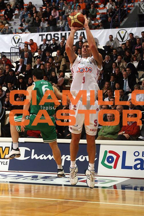 DESCRIZIONE : Bologna Coppa Italia 2006-07 Quarti di Finale Benetton Treviso Lottomatica Virtus Roma <br /> GIOCATORE : Righetti <br /> SQUADRA : Lottomatica Virtus Roma <br /> EVENTO : Campionato Lega A1 2006-2007 Tim Cup Final Eight Coppa Italia Quarti di Finale <br /> GARA : Benetton Treviso Lottomatica Virtus Roma<br /> DATA : 09/02/2007 <br /> CATEGORIA : Tiro <br /> SPORT : Pallacanestro <br /> AUTORE : Agenzia Ciamillo-Castoria/M.Marchi <br /> Galleria : Lega Basket A1 2006-2007 <br /> Fotonotizia : Bologna Coppa Italia 2006-2007 Quarti di Finale Benetton Treviso Lottomatica Virtus Roma <br /> Predefinita :