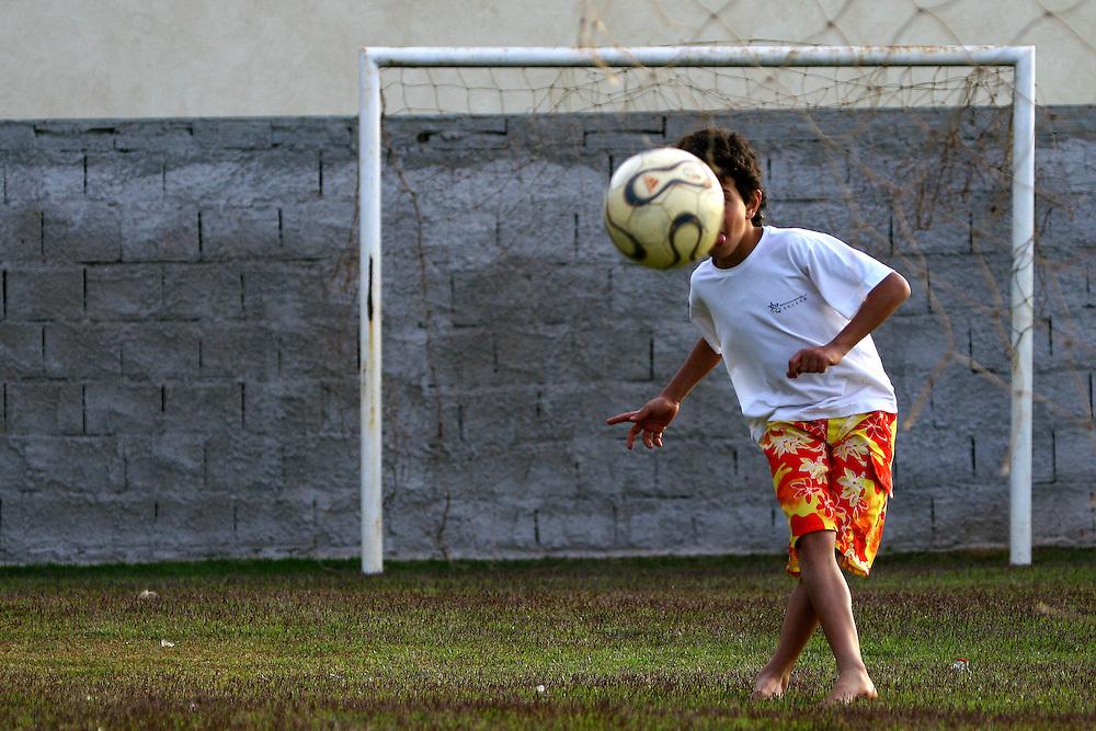 Nova Lima_MG, Brasil...Garoto jogando futebol em Nova Lima...A boy playing soccer in Nova Lima...Foto: BRUNO MAGALHAES / NITRO
