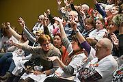 Nederland, Oss, 29-1-2015Medewerkers van thuiszorgorganisatie Pantein en Thebe worden in theater de Lievenkamp bij gepraat door de onderhandelaar van FNV, AbvaKabo, Ruud Kruin.FOTO: FLIP FRANSSEN/ HOLLANDSE HOOGTE